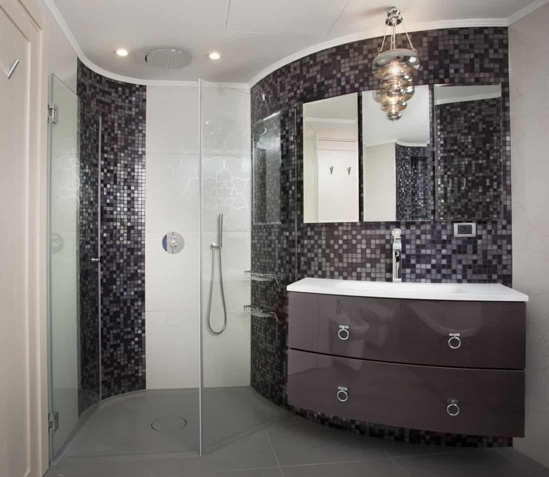 אגנית מקלחון, עשויה מקוריאן בגוון בטון ועל פי מידות חדר מדויקות.