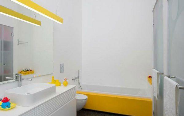 חלל רחצה לבן נקי עם ארון ואמבטיה עשויים קוריאן לבן