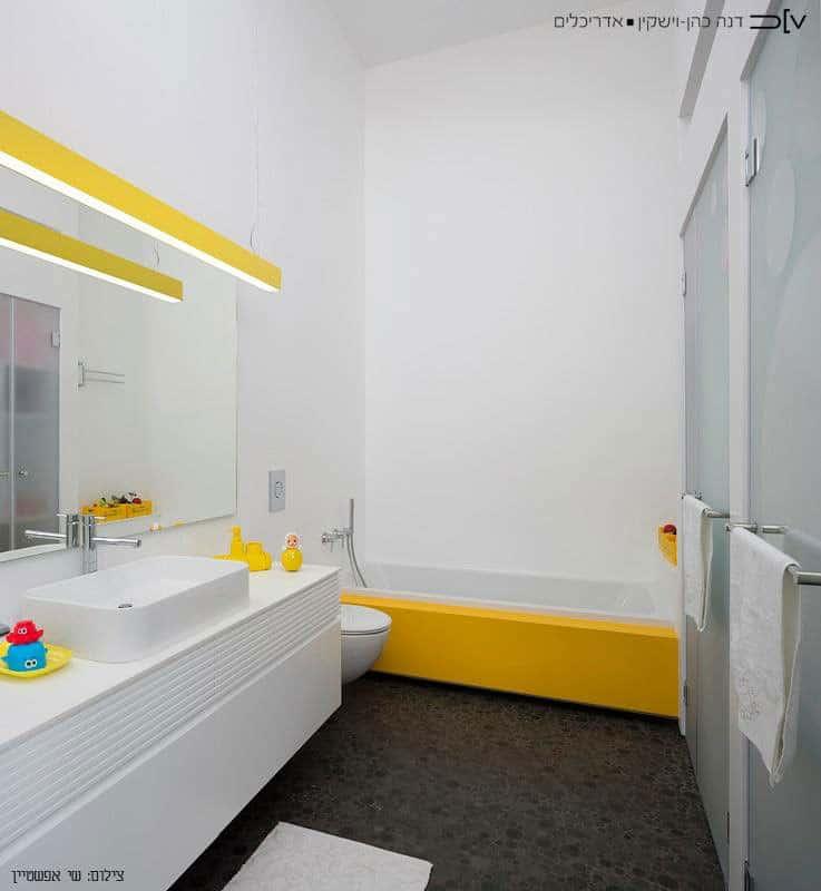 ארון אמבטיה ואמבטיה עשויה קוריאן לבן עם צהוב
