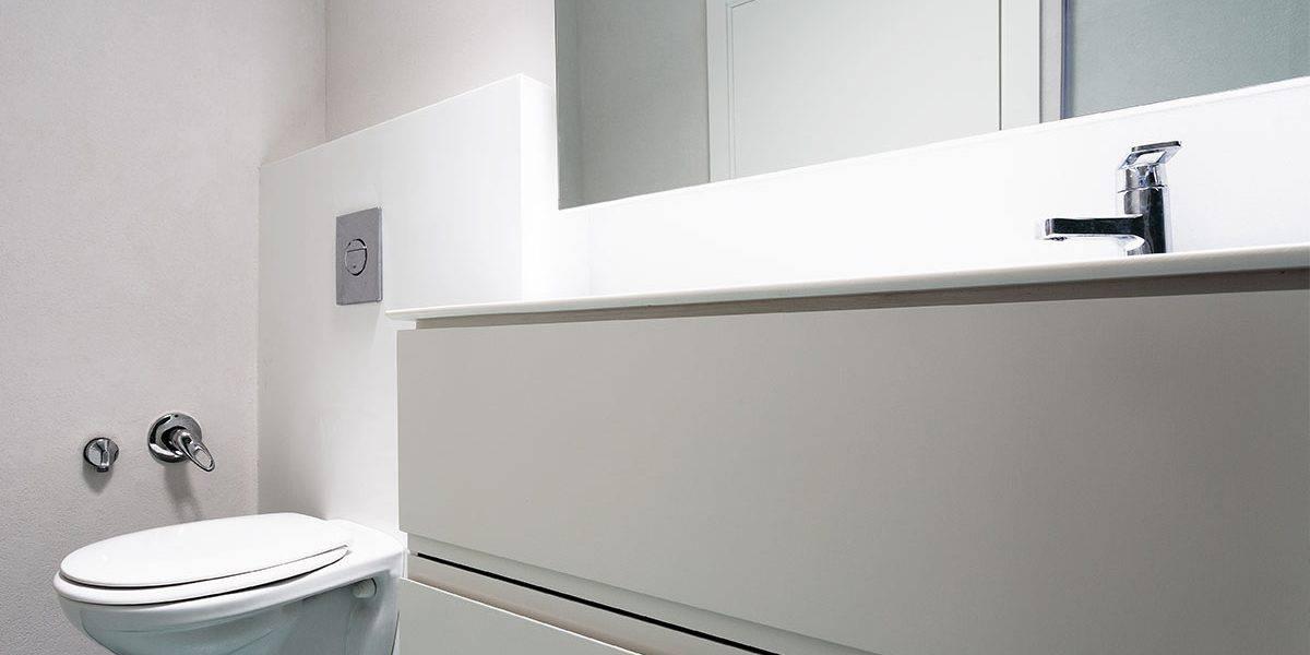 חיפוי קירות וחיפוי מיכל הדחה עם קוריאן, משטח רחצה על גבי ארון נגרות