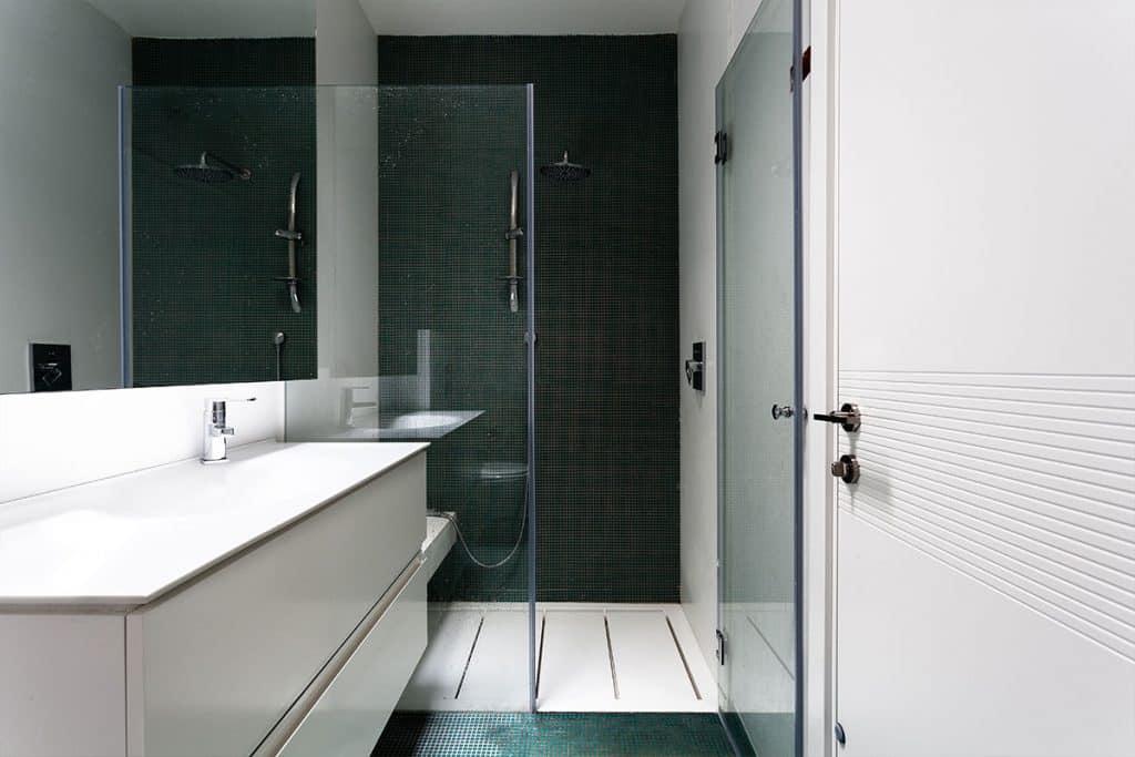 מקלחון עם אגנית קוריאן וחיפוי קירות, משטח רחצה הכולל כיור קוריאן בשיטת הוואקום פורמיג