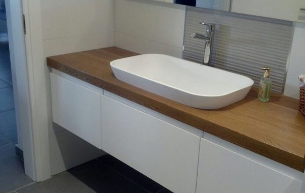ארון רחצה לבן בשילוב של משטח עבודה מעץ וכיור קוריאן לבן דגם STELLA בהתקנה חצי שקוע