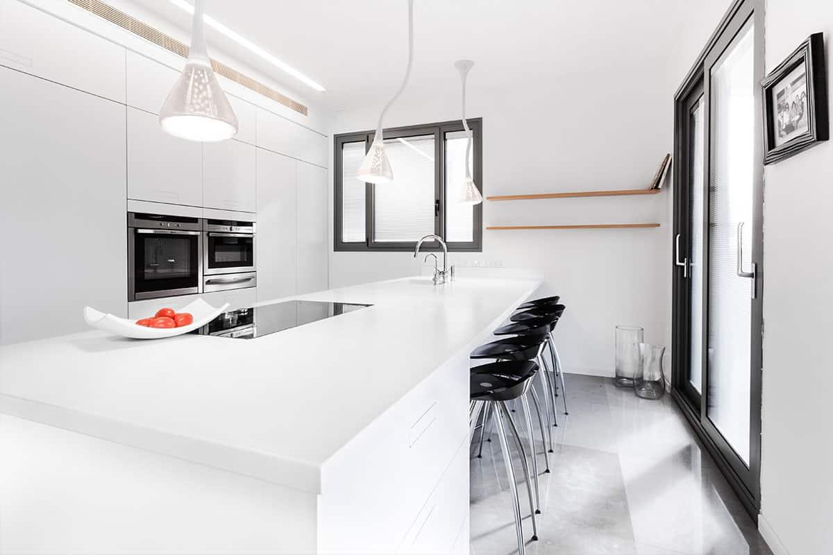משטחי קוריאן למטבח מקוריאן לבן למראה נקי ומודרני