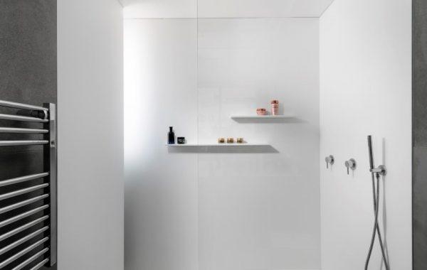 מקלחון לבן, הכל עשוי מקוריאן לבן, אגנית, חיפוי קירות ומדפים