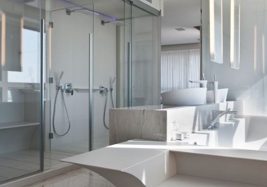 מדרגות עליה מקוריאן לתוך האמבטיה מעוצבות כמו גל בים