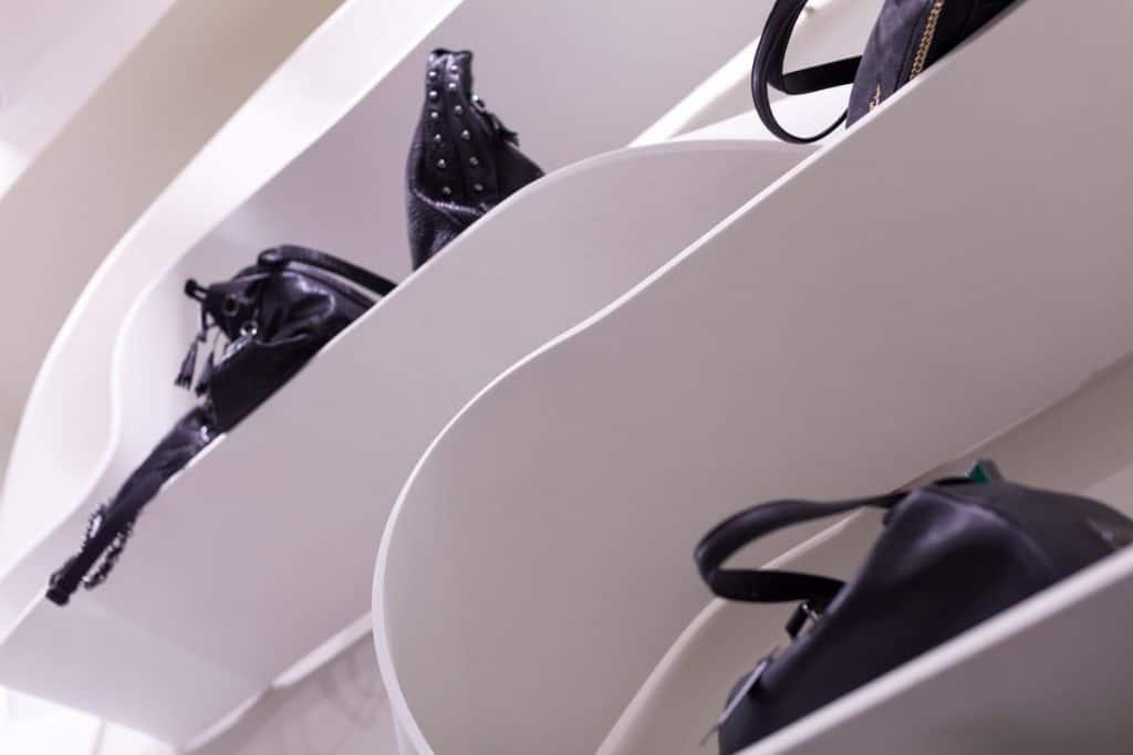 מדפי קוריאן בחנויות אופנה על פי תכנית של מעצב