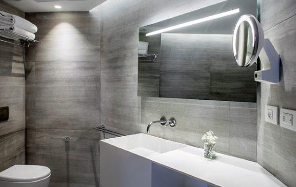 משטח עם כיור קוריאן בחדר אמבטיה מעוצב
