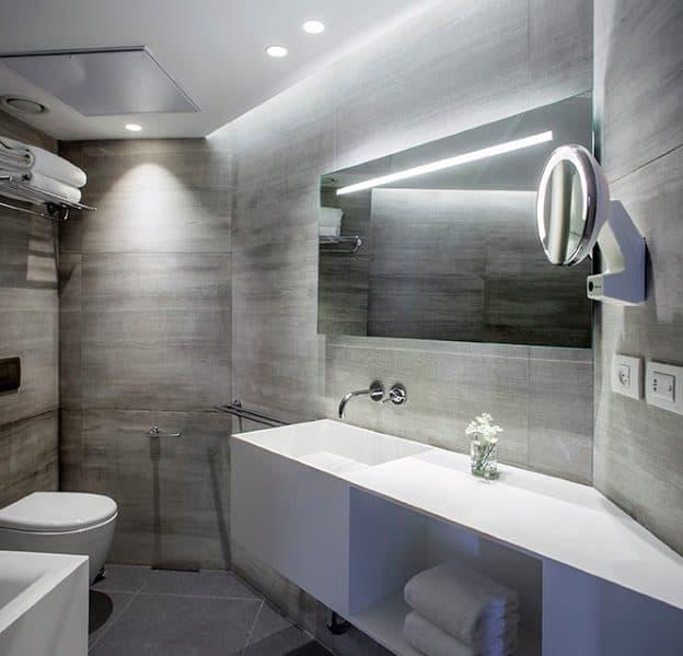 חלל רחצה מעוצב בבית מלון בוטיק בתל אביב.