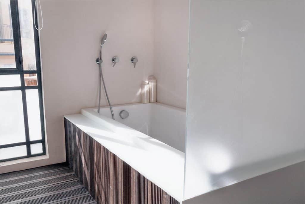 חיפוי קוריאן על גבי אמבט, המשלב חומרים נוספים כמו עץ וזכוכית