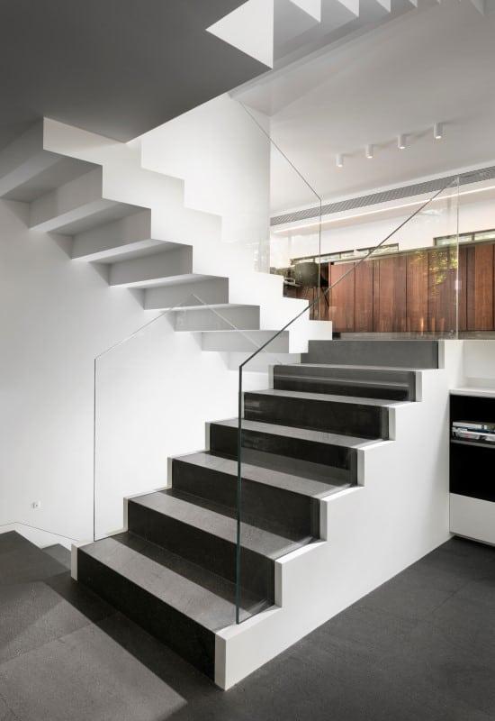 מדרגות מקוריאן יוקרתיות בגווני חום לבית פרטי