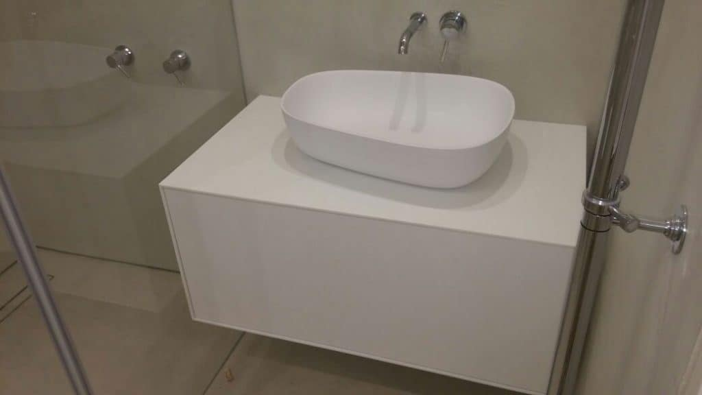 ארון רחצה עשוי כולו קוריאן לבן עם מגירה בפתיחה במגע, עם כיור קוריאן עילי